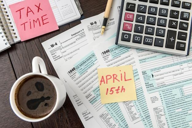 Naklejka z pojęciem podatku potrzebuje pomocy z kalkulatorem na federalnym formularzu podatkowym