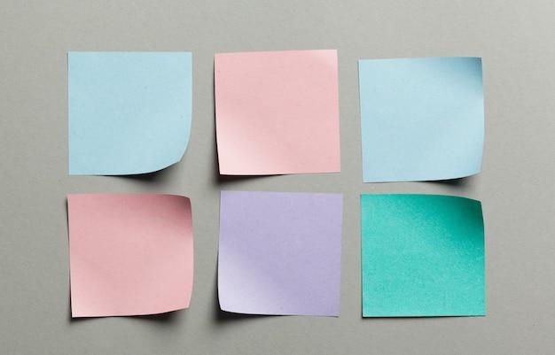 Naklejki etykiety z bliska na szarym tle papieru