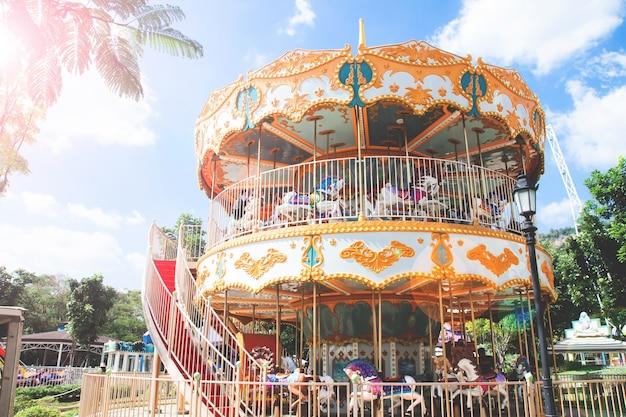 Nakorn-ratchasrima, tajlandia - 13 grudnia: sceniczny świat khao-yai w dniu 13 grudnia 2016 r. w nakorn-ratchasrima w tajlandii. został zbudowany dla turystów w khao-yai, nową atrakcją turystyczną punktu i zameldowaniem.