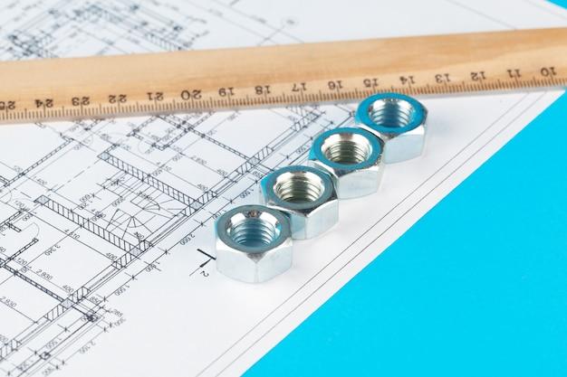 Nakrętki i części konstrukcji są przedstawione na wgnieceniu