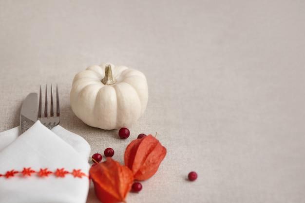 Nakrycie na święto dziękczynienia lub halloween z mini białymi dyniami