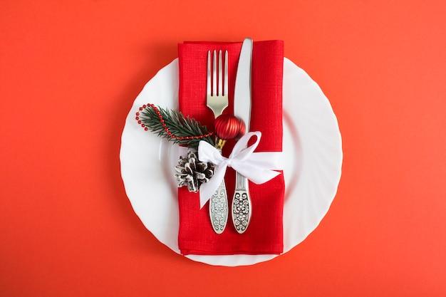Nakrycie Stołu Bożego Narodzenia Na Czerwonym Tle. Widok Z Góry. Skopiuj Miejsce. Premium Zdjęcia