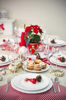 Nakrycie stołu bożonarodzeniowego z dekoracjami świątecznymi