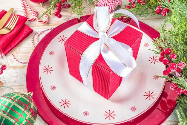 Nakrycie stołu na boże narodzenie lub nowy rok nakrycie na świąteczny obiad