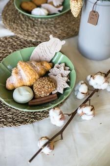 Nakrycie stołu na świąteczny obiad domowe ciasteczka dekoracja świąteczna na drewnianej kuchni