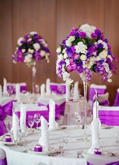 Nakrycie stołu na wesele lub inną uroczystą kolację.