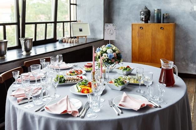 Nakrycie stołu na weselną kolację w restauracji