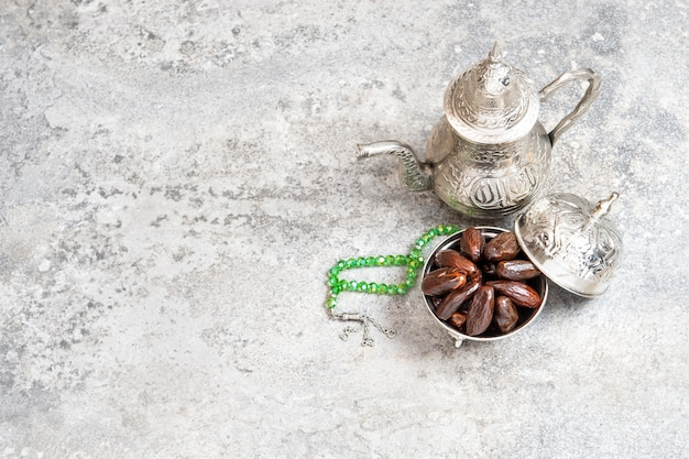 Nakrycie stołu srebrna zastawa stołowa daty orientalna gościnność