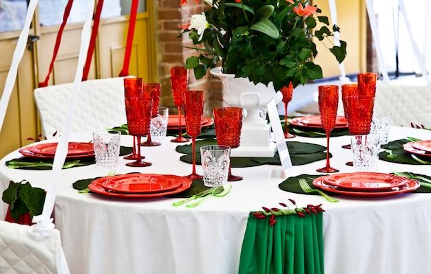 Nakrycie stołu w kolorach włoskiej flagi: zielonym, białym i czerwonym