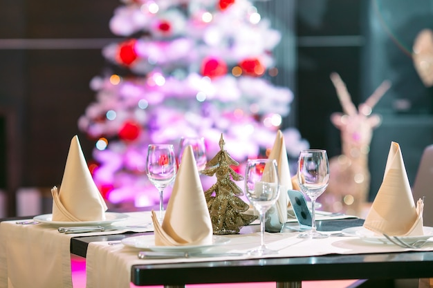 Nakrycie stołu w restauracji z choinką