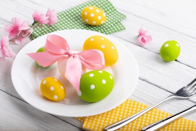Nakrycie stołu wielkanocnego z wiosennymi kwiatami i sztućcami. tło wakacje