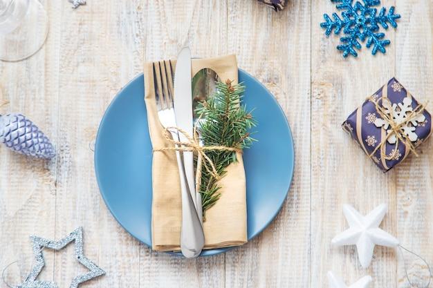 Nakrycie stołu z dekoracją świąteczną