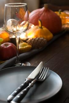 Nakrycie stołu z dyniami, jesienne zbiory. święto dziękczynienia.