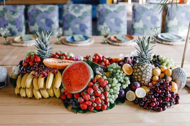 Nakrycie stołu z kieliszkami do wina, sztućcami i talerzami