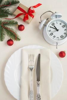 Nakrycie świątecznego stołu na beżowym obrusie. widok z góry. zbliżenie.