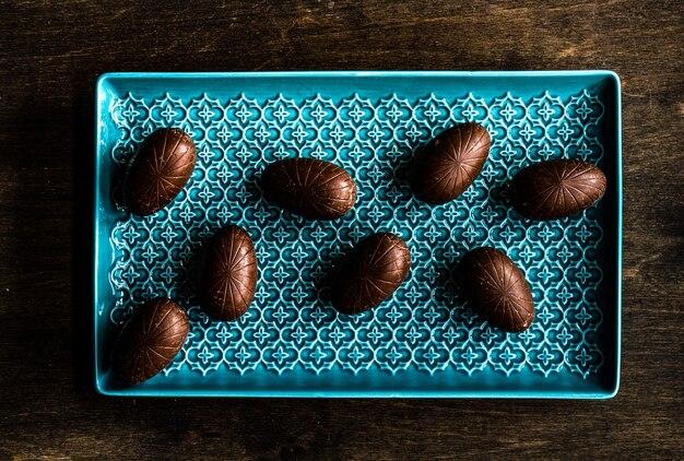 Nakrycie wielkanocne z różnymi czekoladowymi jajkami w misce