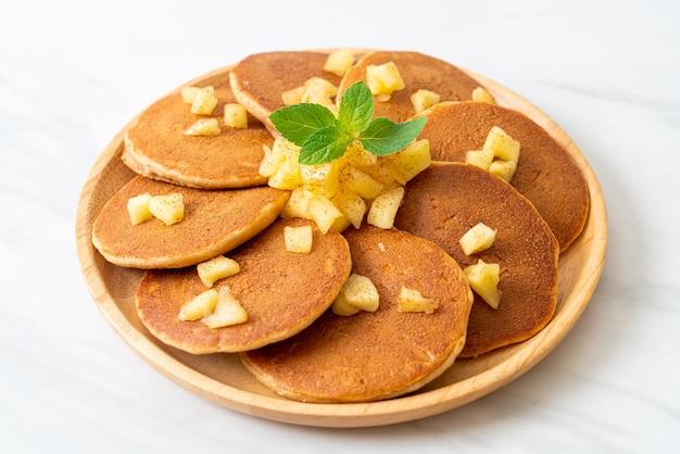 Naleśnik jabłkowy lub naleśnik jabłkowy z cynamonem w proszku
