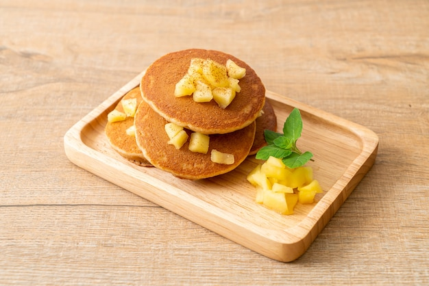 Naleśnik jabłkowy lub naleśnik jabłkowy z dodatkiem cynamonu