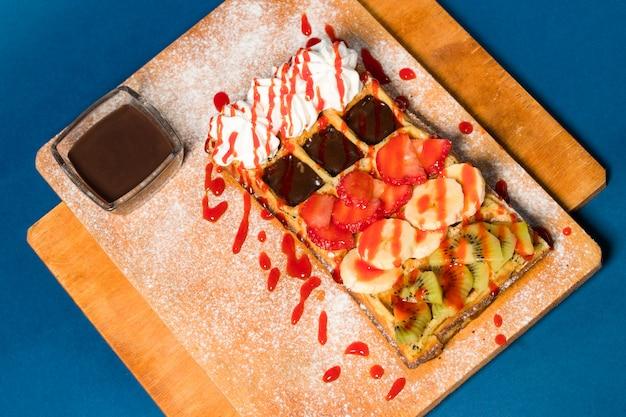 Naleśnik z czekoladą i owocami na stole