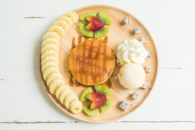 Naleśnik z lodami waniliowymi i owocami