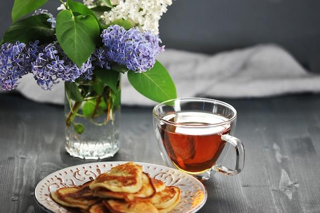 Naleśniki, herbata i kwitnący wiosenny liliowy