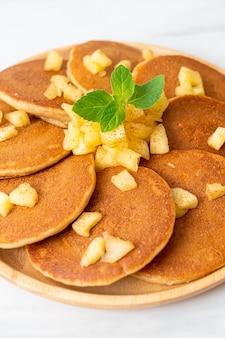 Naleśniki jabłkowe z proszkiem cynamonowym