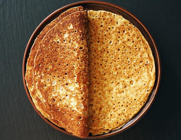 Naleśniki tradycyjne jedzenie dla maslenitsa