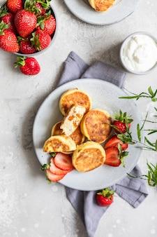 Naleśniki twarogowe lub placki z truskawkami i jogurtem naturalnym