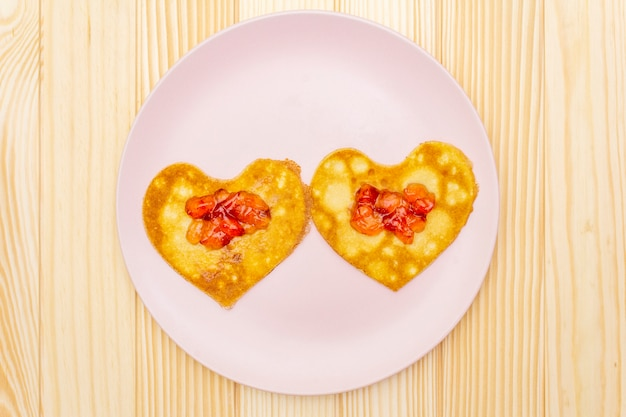 Naleśniki w kształcie serca na romantyczne śniadanie z dżemem truskawkowym