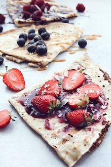 Naleśniki z jagodami i syropem