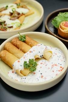 Naleśniki z łososiem rybnym, kawiorem i sosem śmietanowym. menu restauracji
