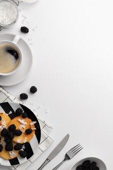 Naleśniki z mąki kokosowej z jeżynami i wiórkami kokosowymi na białym stole