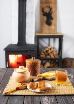 Naleśniki z nadzieniem i herbatą z cytryną na drewnianym stole
