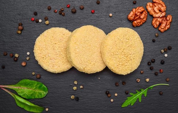 Naleśniki z serem i sosem truskawkowym, na białym tle