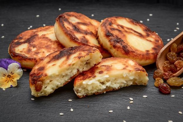 Naleśniki z serem z rodzynkami.