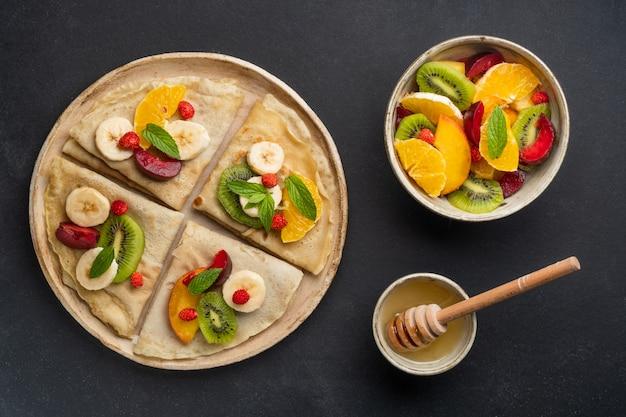 Naleśniki ze świeżymi jagodami podawane z miodem na śniadanie