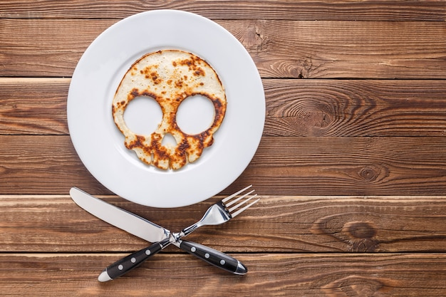 Naleśnikowa czaszka na drewnianym stole