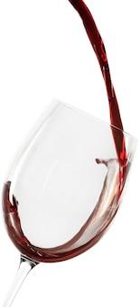 Nalewanie czerwonego wina do kieliszka - na białym tle