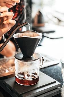 Nalewanie gorącej wody do kapania kawy arabica