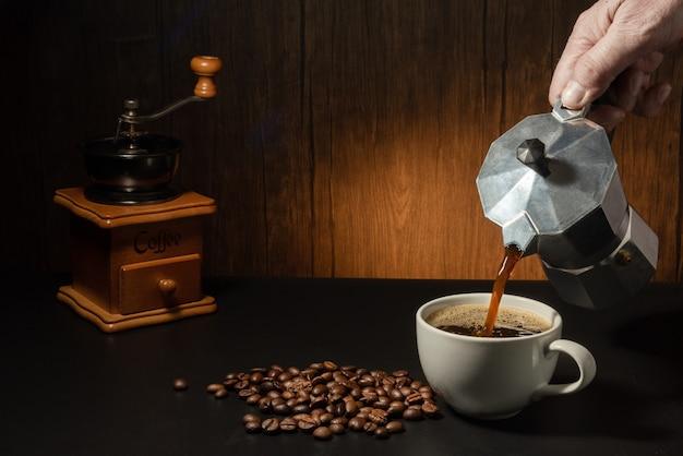Nalewanie kawy z dzbanka do moki