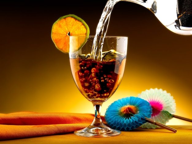 Nalewanie wody do herbaty na szklankę
