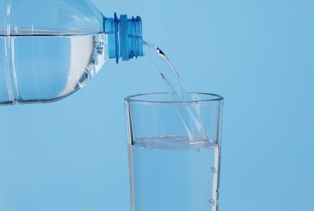 Nalewanie wody na szklankę na niebiesko