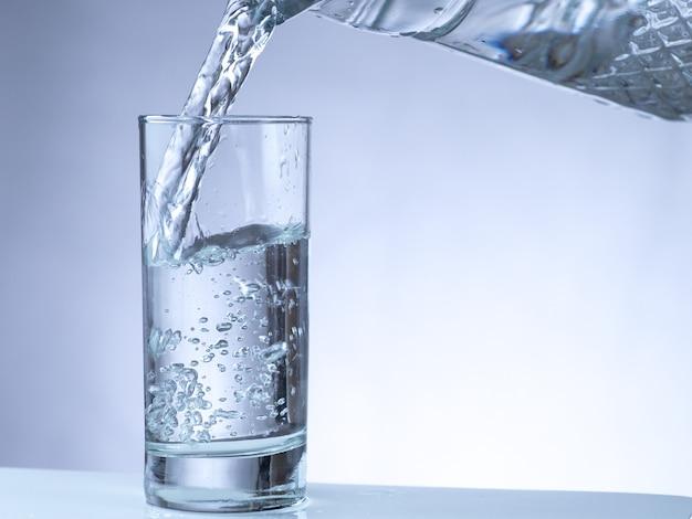 Nalewanie wody z dzbanka do szklanki