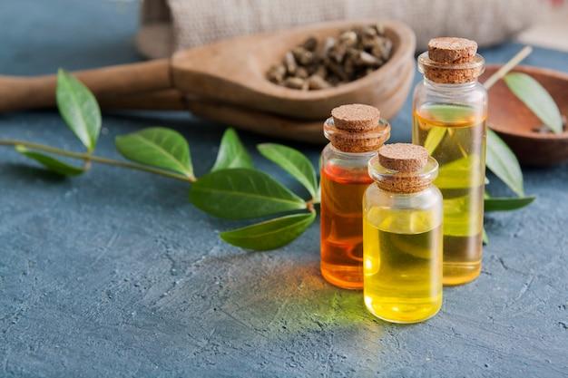 Nalewki ziołowe w szklanych butelkach na ciemnym betonowym stole. koncepcja tradycyjnej medycyny i leczenia ziołami.