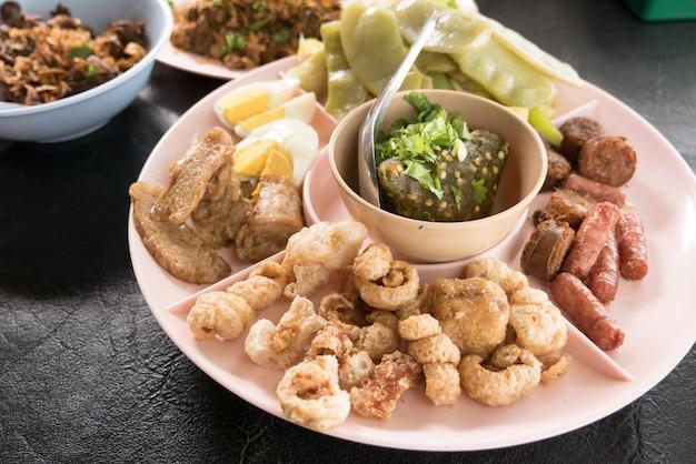 Nam prik num z sai oua, smaży chrupiącą wieprzowinę, gotowane jajko i gotowane warzywa, zestaw północnej tajskiej kuchni