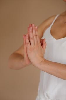 Namaste na beżowym tle. medytacja. międzynarodowy dzień jogi