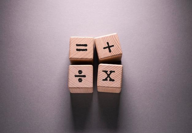 Nambers słowo napisane na drewnianych kostkach