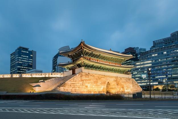 Namdaemun brama przy nocą w seul, południowy korea.