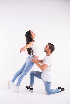 Namiętna para tańczy taniec towarzyski kizomba lub bachata lub semba lub taraxia na białym tle