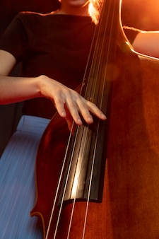 Namiętny muzyk świętujący dzień jazzu